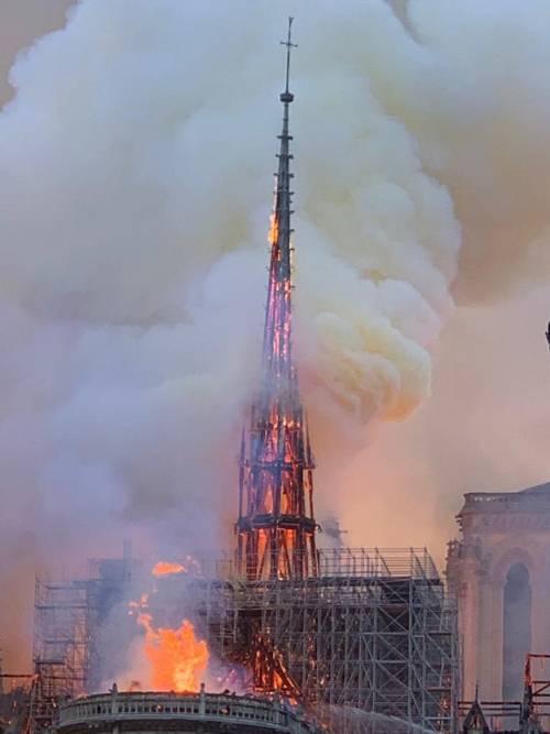 Notre Dame in fiamme: le foto del salvataggio 3