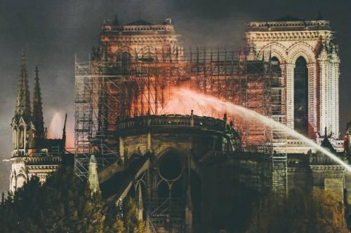 Notre Dame in fiamme: le foto del salvataggio 5