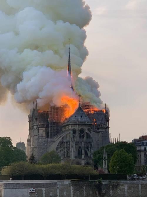 """Notre Dame, l'impresa rivela: """"Operai fumavano nel cantiere"""""""