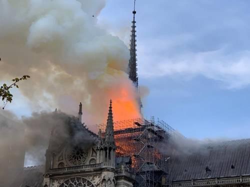 Notre Dame in fiamme: le foto del salvataggio 7