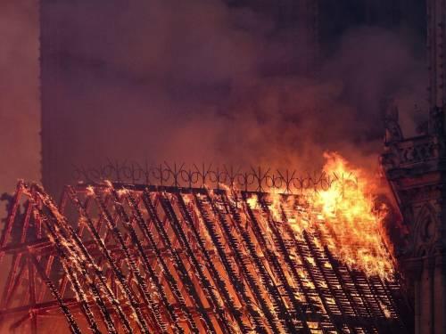 Notre Dame in fiamme: le foto del salvataggio 10