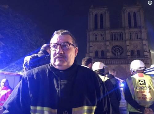 Notre Dame, il prete eroe rischia la vita per salvare la corona di Gesù