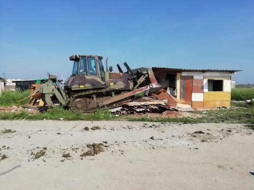 Ruspe sul ghetto dei migranti: demolite le baracche abusive di Borgo Mezzanone