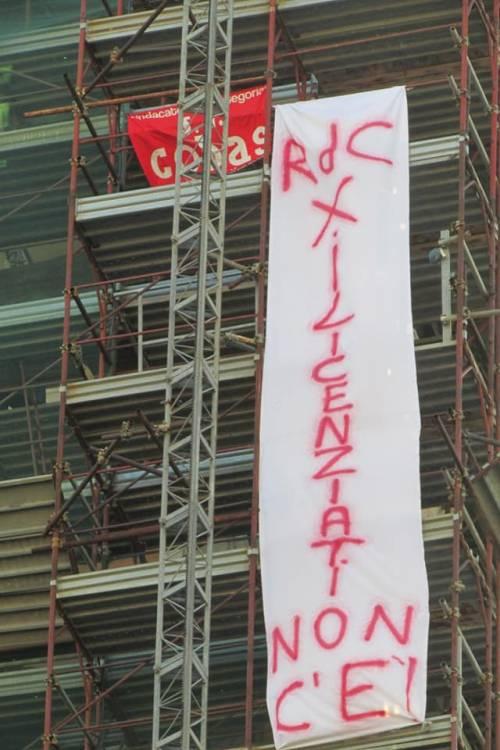 Napoli, licenziati Fca protestano sul campanile del Carmine 3