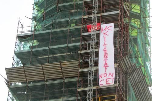 Napoli, licenziati Fca protestano sul campanile del Carmine 4