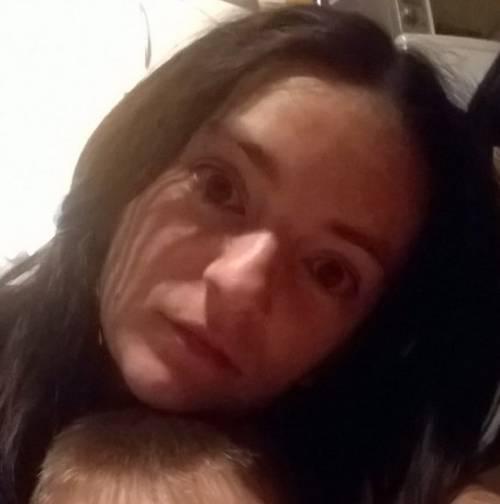 Mamma di 29 anni beve whisky e cola con il marito e muore