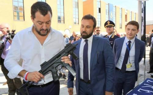 Foto con Salvini col mitra: ed è lite sui social con Saviano