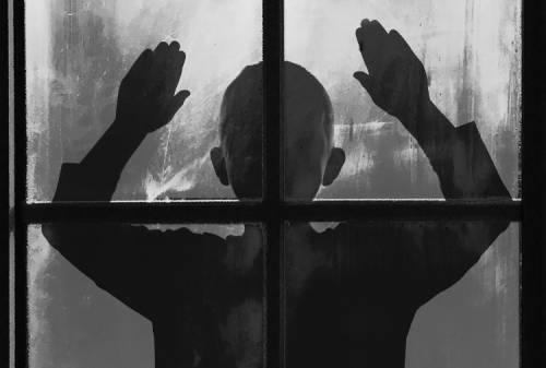Firenze, arrestata per maltrattamenti: aggredisce compagno e figli