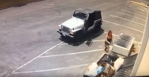 California, butta i cuccioli in un cassonetto: arrestata una donna