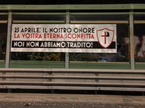 """Roma, spunta striscione fascista: """"Non abbiamo tradito"""". La Raggi: """"È una offesa"""""""