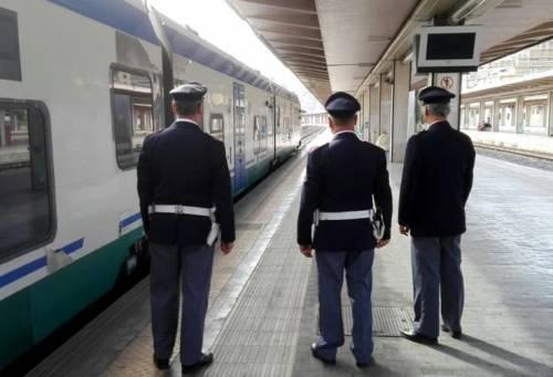 Molesta ragazza sul treno diretto a Napoli: arrestato pregiudicato romeno