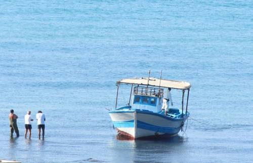 Nuovo sbarco fantasma nell'agrigentino: barcone approda tra i bagnanti