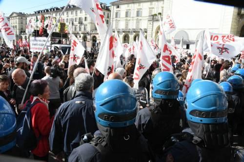 Torino, centri sociali e NoTav forzano cordone di sicurezza. Scontri con agenti