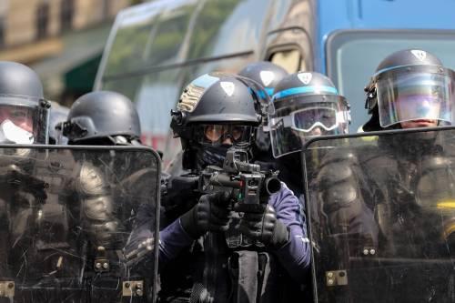 Primo maggio, i gilet gialli scendono in piazza: scontri con la polizia