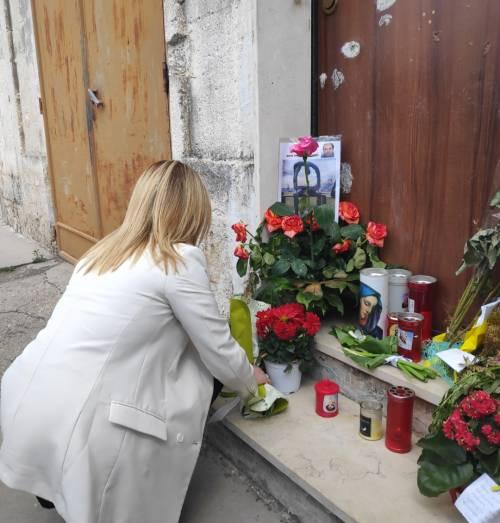 Manduria, Giorgia Meloni depone fiori davanti alla casa di Stano