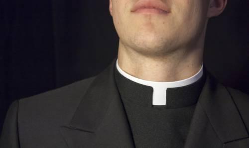 Sacerdote italiano fugge dopo condanna per stupro di un 13enne