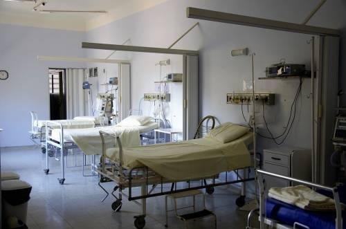 Alghero, lasciata sulla barella cade e batte la testa: muore una 93enne