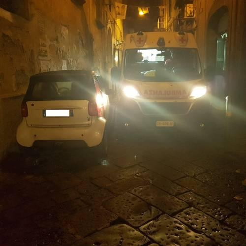 Ambulanza bloccata da auto in sosta vietata, i residenti aggrediscono gli operatori del 118
