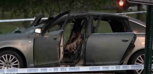 La sua auto è in fiamme con la figlia dentro. Il padre non prova a salvarla