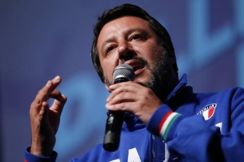 """L'elemosiniere riallaccia la luce nel palazzo occupato, Salvini: """"Ora paghi le bollette"""""""