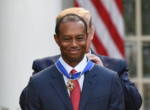Donald Trump conferisce a Tiger Woods la medaglia presidenziale della Libertà 8