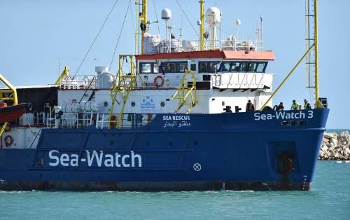 """La nave """"pirata"""" torna in mare Il """"regalo"""" delle toghe a Carola"""
