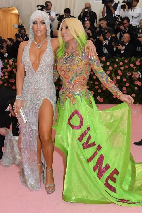 Jennifer Lopez e il clan Kardashian al Met Gala, foto