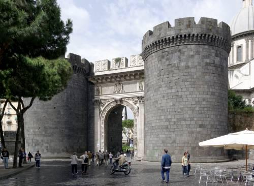 La camorra chiede il pizzo per i lavori di Porta Capuana, impresa molisana lascia il cantiere