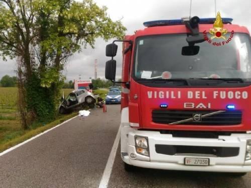 Incidente terribile: auto tagliata in due da guardrail 4