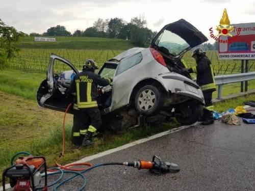 Incidente terribile: auto tagliata in due da guardrail 2