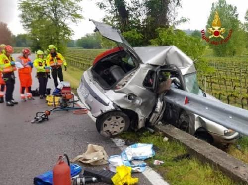 Incidente terribile: auto tagliata in due da guardrail 3