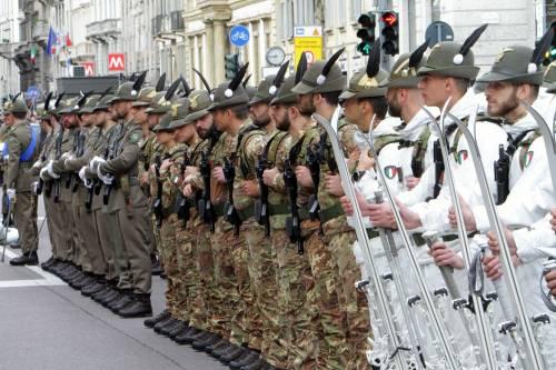 A Milano sfilano gli Alpini: 500mila penne nere invadono il centro