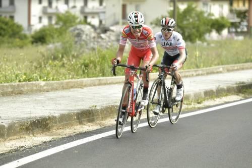 Giro d'Italia, 6a tappa: Masnada vince in volata. Conti nuova maglia Rosa