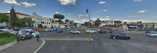 Roma, ciclista sotto un tir: viene trascinato per qualche metro