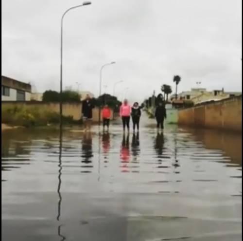 Brindisi, le strade si allagano e i cittadini protestano con una lezione di acquagym