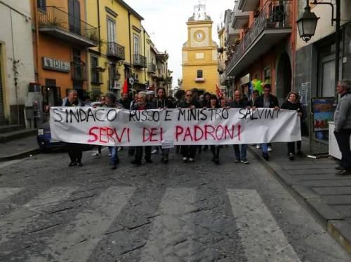 Il sindaco non gli concede la sala per l'assemblea, protestano gli operai a Pomigliano