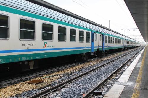 Lecco, donna incinta e con una bimba minacciata e rapinata sul treno