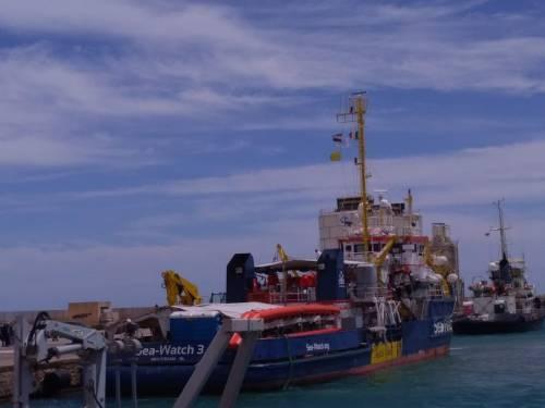 La Gdf a bordo della Sea Watch: notificato il decreto di Salvini