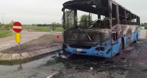 Rovigo, rogo sul bus di studenti: l'autista mette tutti in salvo