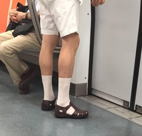 Con sandali e calzini ai piedi rapina supermercato e ruba 3.500 euro