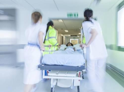 Due ottantenni malati tenuti su una barella per oltre 30 ore