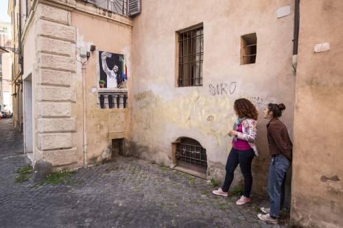 """""""La dittatura del selfie"""", ecco il murales che paragona Salvini al Duce"""
