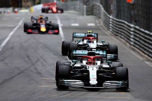Lewis onora Niki, Vettel fa il compitino
