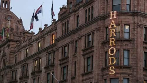 Signora spende 760 mila dollari da Harrods in un solo giorno: scoppia il caso a Londra