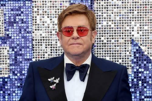"""La crociata di Elton John: """"Vaticano ipocrita. No alle unioni gay ma incassa con il mio film"""""""