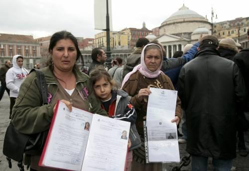 """Il M5s contro lo sgombero del campo rom. Ma Salvini: """"Vadano in affitto"""""""