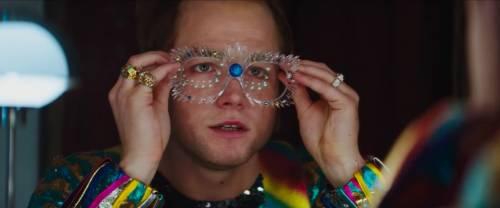 """""""Rocketman"""": Elton John tra genio, lustrini e fragilità"""
