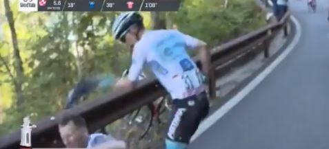 Giro d'Italia, Lopez cade per colpa del tifoso e poi lo prende a schiaffi