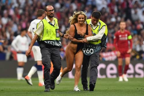 Champions League, la sexy invasione di campo in Tottenham-Liverpool 4