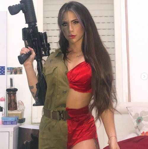 L'ex soldatessa israeliana in pose sexy con le sue armi 4